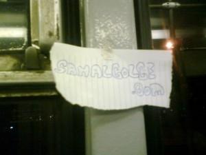 Tramvay camının çerçevesine yapıştırılmış minik reklamcık :)